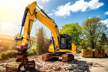 Bagger auf Baustelle Abriss Einfamilienhaus
