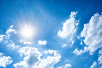 Sommer Hintergrund, blauer Himmel mit Sonne und Wolken