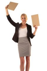 Frau hält zwei Werbeschilder hoch