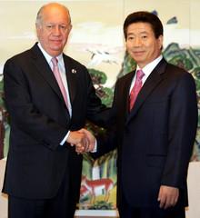 Chilean President Lagos meets his South Korean counterpart Roh in Pusan