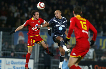 Bordeaux's Faubert fights for the ball with Le Mans' Bonnart in their French Ligue 1 soccer match in Le Mans