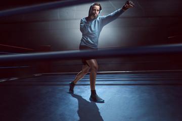 Mann beim Kampfsporttraining