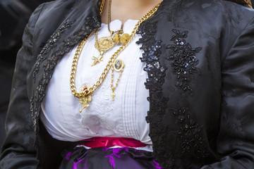 CAGLIARI, ITALIA - MAGGIO 1, 2017: 361^ Processione Religiosa di Sant'Efisio - dettaglio di un costume tradizionale sardo femminile -Sardegna