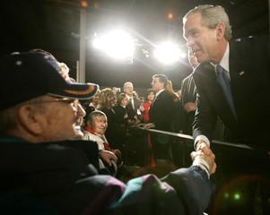US President Bush thanks a US veteran on Veterans Day in Tobyhanna