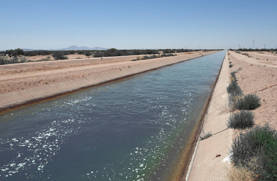 Bewässerungskanal in der Wüste Arizonas