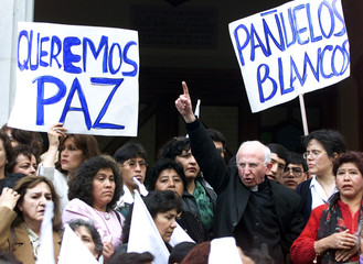BOLIVIANS PRAY WITH PRIEST FOR PEACE DURING MARCH.