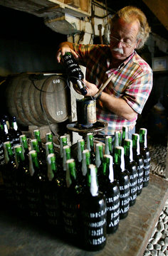 -PHOTO TAKEN 13OCT04-Wine maker Edmundo Olim of the Artur de Barros e Sousa (ABSL) wine company seal..