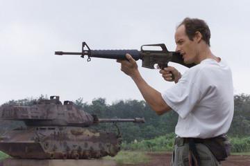 AUSTRALIAN TOURIST AIMS M16 IN KHE SANH.