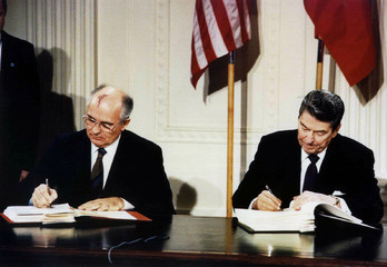FORMER US PRESIDENT REAGAN AND SOVIET PRESIDENT GORBACHEV SIGN DOCUMENTS.