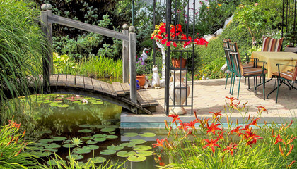 Gartenbereich mit Brücke über Gartenteich