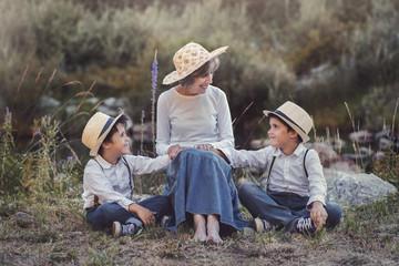 abuela junto a sus nietos