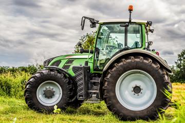 Großer Traktor auf einer Wiese