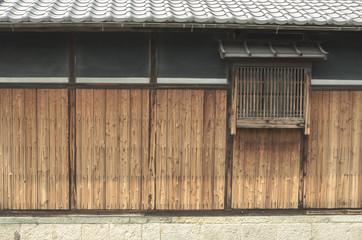 日本家屋の板塀と小窓