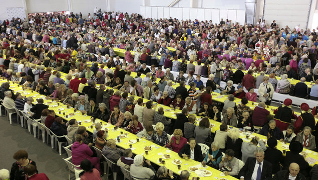 """People participate in mass tea drinking event organised by """"Siberia"""" international exhibition and business centre in Krasnoyarsk"""