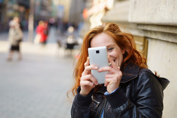 frau macht ein foto mit ihrem mobiltelefon