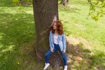 attraktive junge frau steht draußen im park