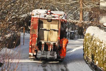 Öffentliche Müllabfuhr bei der Müllsammlung im Winter