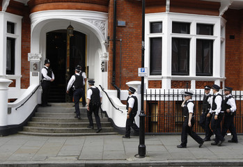 Police officers arrive outside Ecuador's embassy where Wikileaks founder Julian Assange is residing in London