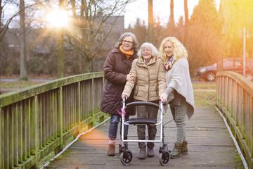 Senioren Altenpflege Spaziergang im Abendrot mit Flares
