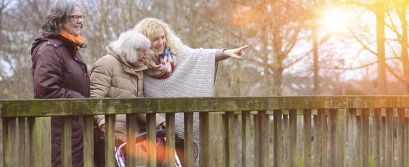 Senioren Altenpflege Spaziergang im Abendrot mit Flares Banner