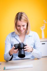 junge frau prüft ihre fotos auf der kamera