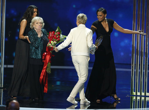 Actress White blows a kiss as she walks offstage after accepting the favorite TV Icon award from presenter DeGeneres during the 2015 People's Choice Awards in Los Angeles