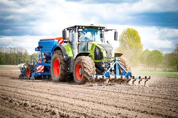Ackerbau - Landtechnik im Einsatz , Mais legen