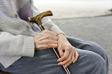 杖を持つ高齢者の女性