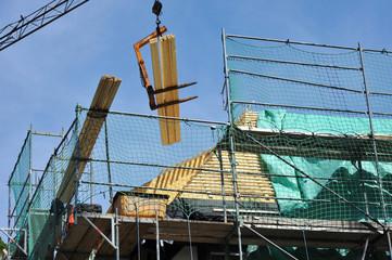 Neueindeckung des Dachs eines alten Fachwerkhauses mit Gauben