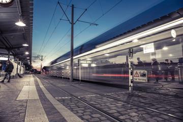 S-Bahn-Haltestelle bei Nacht