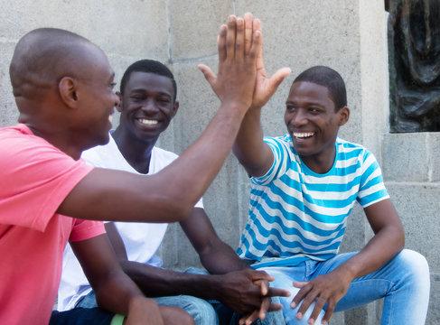 Afrikaner klatschen sich ab