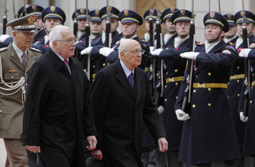 Czech President Klaus and his Italian counterpart Napolitano review the guard of honour in Prague