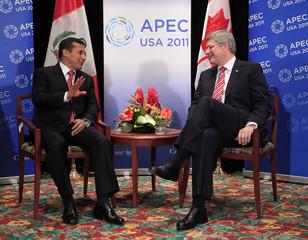 Canada's PM Harper talks with Peru's President Humala at the APEC Summit in Honolulu