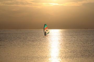 夕焼け背景のウィンドサーフィン
