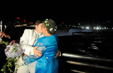 Rudd and Lambert kiss after being married at the stroke of midnight, at the brink of Niagara Falls, in Niagara Falls, New York