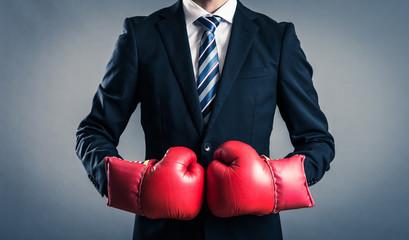 ボクシンググローブを付けているビジネスマン