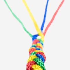 Konzept Teamwork, Partner und Kooperation, bunte Seile verbinden sich
