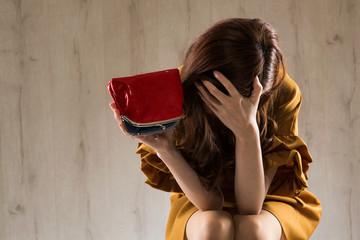 財布 / 頭を抱える女性