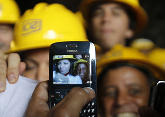 Workers of the ICE pose for pictures with Costa Rica's President Chinchilla in Siquirres