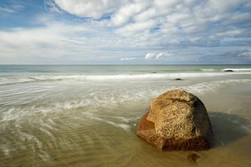 runder Stein am Sandstrand - Ostsee