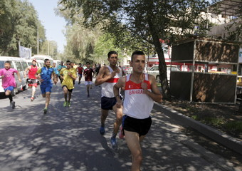"""Participants run during the """"Victory marathon"""", in support of the Iraqi army and Shi'ite paramilitary fighters, in the streets of Abu Nawas in Baghdad"""
