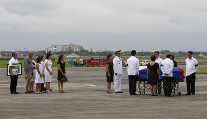 Leni, wife of Interior Secretary Jesse Robredo and her family stand with husband's coffin upon arrival in Manila