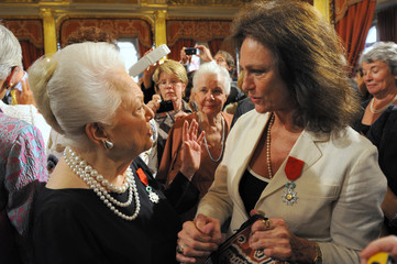 Actresses Bisset and de Havilland chat after they were awarded with the Legion d'honneur in Paris