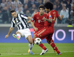 Bayern Munich's Dante and Martinez challenge Vucinic of Juventus during their Champions League quarter-final second leg soccer match in Turin
