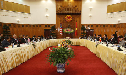 Malaysia's PM Najib and his Vietnamese counterpart Dung talk at the Government Office in Hanoi