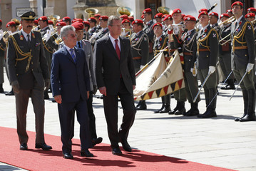Austrian President Fischer and his German counterpart Wulff review the guard of honour in Vienna