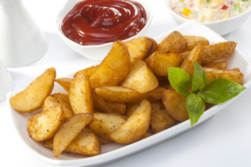 Fried potato wedges with coleslaw & ketchup with basil leaf