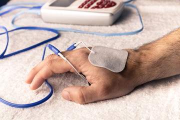 Electroestimulacion deportiva del dolor agudo de la mano a consecuencia del móvil