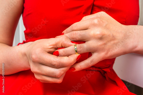 taking off her wedding band 的圖片結果
