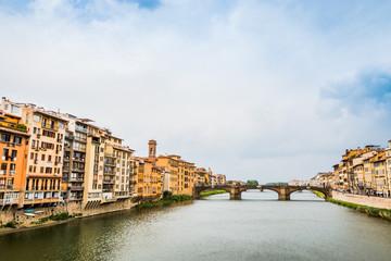 Vue depuis le Pont Vecchio sur l'Arno à Florence